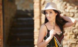 Модно одетая женщина на улицах малого итальянского городка стоковые фотографии rf