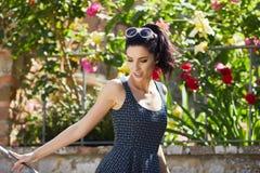 Модно одетая женщина на улицах малого итальянского городка стоковое изображение rf