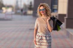 Модно одетая женщина на улицах стоковое изображение rf