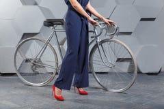 Модно одетая женщина с велосипедом стоковые изображения rf
