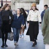 Модно одетые женщины идут вдоль реки Темзы стоковые изображения rf