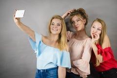 Модные женщины принимая selfie Стоковые Изображения RF