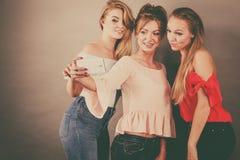 Модные женщины принимая selfie Стоковое Изображение RF