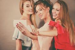 Модные женщины принимая selfie Стоковые Изображения