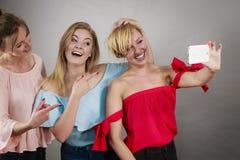 Модные женщины принимая selfie Стоковая Фотография
