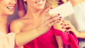 Модные женщины принимая selfie Стоковое фото RF