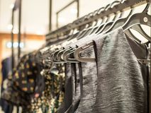 Модные одежды в магазине бутика в моле Стоковое Фото