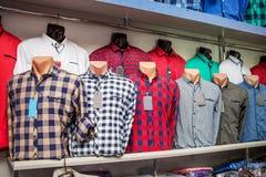 Модные рубашки ` s людей на манекенах в магазине Современное clothi стоковая фотография rf