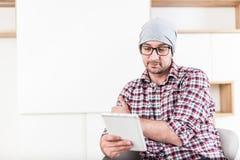 Модный архитектор или исполнительный держа прибор планшета на его офисе стоковая фотография rf
