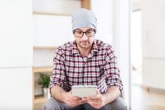 Модный архитектор или исполнительный держа прибор планшета на его офи стоковые изображения rf