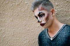 Модный и стильный парень на предпосылке бежевого цвета стоковая фотография