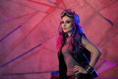 Модный молодой gamer с покрашенными волосами Девушка в стеклах футуристических виртуальной реальности стоковая фотография