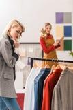 модный редактор журнала работая с одеждами в современном стоковое изображение rf