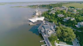 Модный ресторан на озере, ресторан на банках резервуара, красивый вид с воздуха ресторана акции видеоматериалы