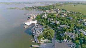 Модный ресторан на озере, ресторан на банках резервуара, красивый вид с воздуха ресторана видеоматериал