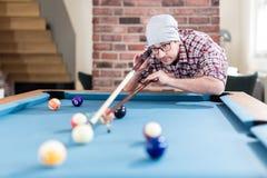 Модный современный человек играя билльярды на комнате холодка компан стоковая фотография
