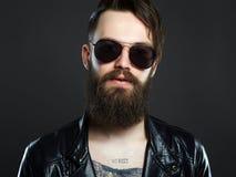 Модный человек с татуировкой и солнечными очками стоковые фото