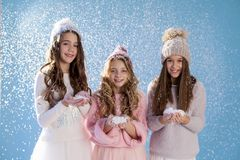 3 модных девушки в зиме связали зиму снега шляп стоковые изображения rf
