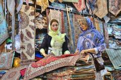 2 модных иранских женщины посетили магазин ковра, Шираз, инфракрасн Стоковая Фотография RF