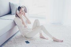Мое настроение зависит на музыке! Очаровательный расслабленный халатный красивый wo стоковые фото