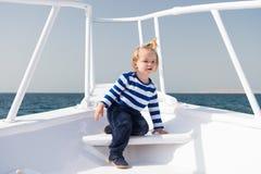 Мое первое перемещение Ребёнок наслаждается каникулами на туристическом судне Яхты матроса ребенка день милой солнечный Приключен стоковые изображения rf