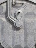 может белизна металла контейнера 4 изолированная отбросом катят поганью, котор Стоковое Изображение RF