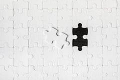 Мозаика с пропуская частью Отсутствующие части головоломки Изображение концепции незаконченной задачи Завершать окончательную зад стоковое фото