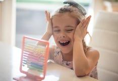 Мозг детей превращается с математикой стоковые изображения