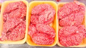 Мозг коровы сверх в витрине мясного рынка, базара 4k, сток-видео