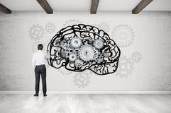 Мозг чертежа человека на бетонной стене с cogs Стоковое фото RF