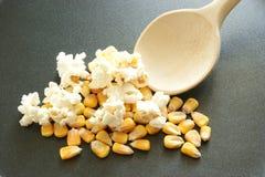 мозоль свежая делает помадку попкорна лотка к Стоковое Фото