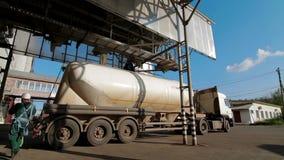 Мозоль нагружая для того чтобы перевезти завод на грузовиках питания продукции видеоматериал
