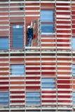 Мойщик окон в небоскребе Стоковое фото RF