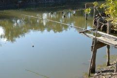 Мой район Малое река в деревне где рыболовы удят Стоковая Фотография