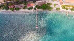 Мола взгляд сверху с janggolan шлюпкой на береговой линии бирюзы стоковые фото