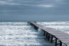 Мола в заливе на пляже Мальорка стоковые фото