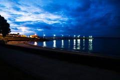 Мола пристани с светами на ноче с драматическим cloudscape, Cowes, островом Филиппа, Викторией, Австралией Стоковое Изображение RF