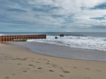 Мола Buxton на пляже маяка ` s Северной Каролины старом стоковое изображение rf