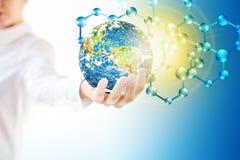 Молекулы и globus в руке, молекулярная медицинская, абстракция экологичности в руке Земля вируса и планеты Молекула и атомы Стоковые Фотографии RF