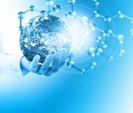 Молекулы и globus в руке, молекулярная медицинская, абстракция экологичности в руке Земля вируса и планеты Молекула и атомы Стоковые Изображения
