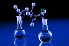 молекулы лаборатории стеклоизделия Стоковое фото RF