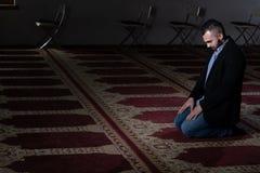Молитва бизнесмена на мечети стоковые фотографии rf
