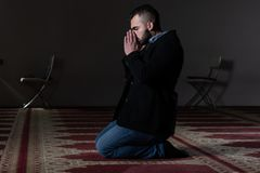 Молитва бизнесмена на мечети стоковое фото