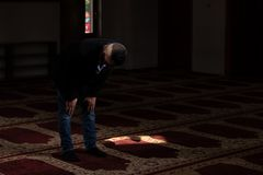 Молитва бизнесмена на мечети стоковые изображения rf