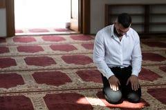 Молитва бизнесмена на мечети стоковая фотография rf
