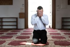 Молитва бизнесмена на мечети стоковое изображение rf
