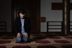 Молитва бизнесмена на мечети стоковое изображение
