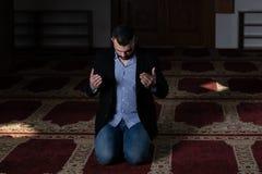 Молитва бизнесмена на мечети стоковые изображения
