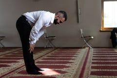 Молитва бизнесмена на мечети стоковая фотография