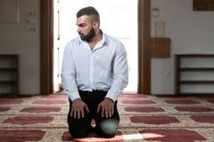 Молитва бизнесмена на мечети стоковые фото